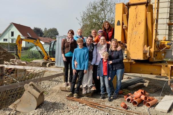 Das Praxisteam Tosch bei der Besichtigung der Baustelle in der Kirchbergerstraße.